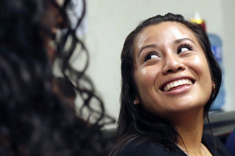 Evelyn Hernandez, de 21 años, sonríe en la corte tras haber sido exonerada por homicidio agravado después de un segundo juicio por haber sufrido un aborto extrahospitalario en 2016 en Ciudad Delgado, a las afueras de San Salvador. Foto: Salvador Melendez/AP.