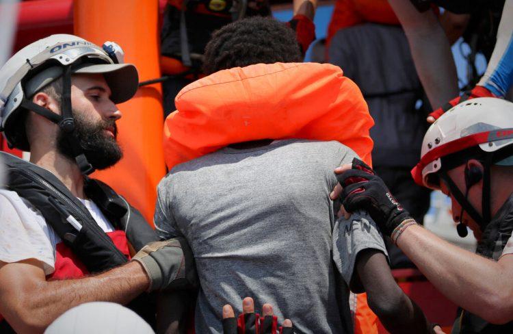 Socorristas del buque Ocean Viking operado por las ONG Sos Mediterranee y Médicos Sin Fronteras ayudan a una persona rescatada junto con más de 80 de una embarcación precaria frente a la costa de Libia. Foto: Hannah Wallace Bowman/MSF/Sos Mediterranee vía AP.