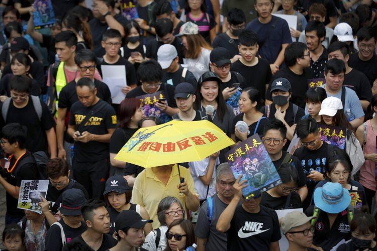 Un hombre lleva un paraguas en una manifestación contra una ley de extradición en Hong Kong, el domingo 4 de agosto de 2019. Foto: Vincent Thian/ AP.