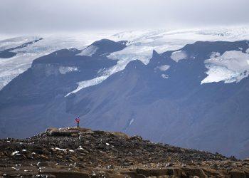 Un hombre se detiene en su ascenso a la cumbre de lo que alguna vez fuera el glaciar Okjokull, el domingo 18 de agosto de 2019, en Islandia. Foto: Felipe Dana / AP.