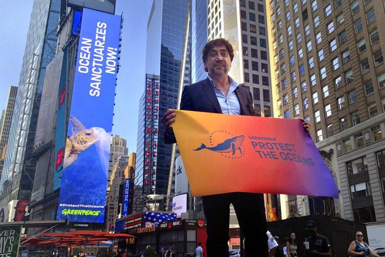 Javier Bardem posa en Times Square, en Nueva York, el lunes 19 de agosto del 2019. Bardem, que participa en una campaña de Greenpeace para proteger los océanos. Foto: Claudia Torrens/AP.