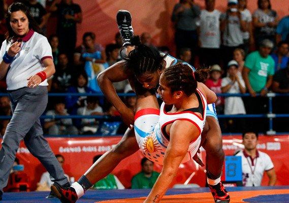 Milaimys Marin (de azul y arriba) en la final de 73 Kg de la lucha femenina en los III Juegos Olímpicos de la Juventud Buenos Aires 2018. Foto: Calixto N. Llanes / Jit / Archivo.