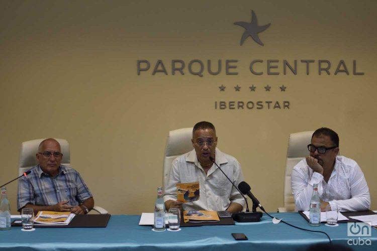 El cantante Issac Delgado (c), presidente del Festival Varadero Josone, junto a Mario Escalona (i), director de la disquera Egrem, y Lester Hamlet (d), director artístico del evento, en conferencia de prensa en el hotel Parque Central de La Habana. Foto: Otmaro Rodríguez.