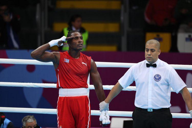 El boxeador cubano Julio César La Cruz (i) de Cuba celebra su triunfo en la final de los 81 kg en los Juegos Panamericanos de Lima 2019. Foto: Martín Alipaz / EFE / Archivo.