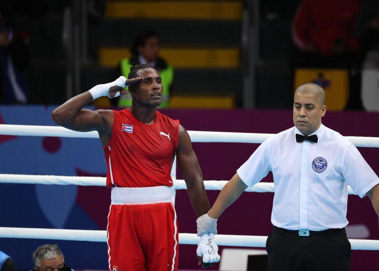 El estelar boxeador cubano Julio César La Cruz (i). Foto: Martín Alipaz / EFE / Archivo.