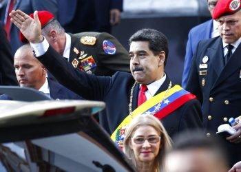 El presidente venezolano Nicolás Maduro, acompañado por la primera dama Cilia Flores, saluda a sus simpatizantes a su salida del Panteón Nacional tras asistir a una ceremonia para conmemorar una batalla por la independencia en el siglo XIX, en Caracas, Venezuela, el miércoles 7 de agosto de 2019. (AP Foto/Leonardo Fernández)