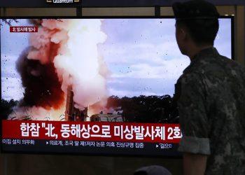 Un soldado surcoreano observa una pantalla de televisión en la que se transmite un programa noticioso que reporta sobre el lanzamiento de proyectiles norcoreanos con una imagen de archivo en una estación de tren de Seúl, Corea del Sur, el sábado 24 de agosto de 2019. Foto: Lee Jin-man / AP.
