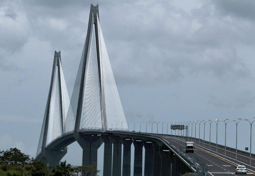 Vehículos pasan por el nuevo puente que se extiende por el Canal de Panamá en Colón, Panamá, el viernes 2 de agosto de 2019. Foto: Eric Batista / AP.