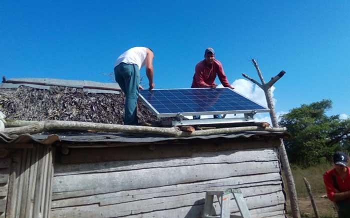 Instalación de paneles solares en una vivienda rural en Cuba. Foto: Radio Reloj / Archivo.