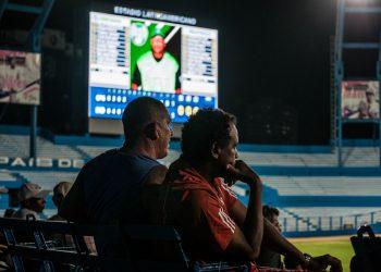 Aficionados en el estadio Latinoamericano de La Habana. Foto: fonoma.com