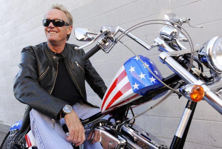 El actor Peter Fonda posa sobre una motocicleta Harley-Davidson en Glendale, California. (AP Foto/Chris Pizzello, archivo)