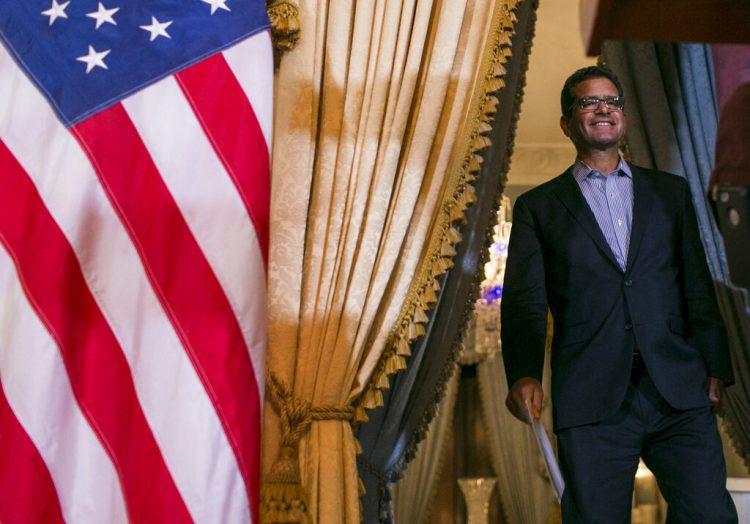 Pedro Pierluisi, quien prestó juramento como gobernador de Puerto Rico la semana pasada, arriba a una conferencia de prensa en La Fortaleza, la mansión del gobernador en San Juan, Puerto Rico, el 6 de agosto de 2019. Foto: Dennis M. Rivera Pichardo / AP.