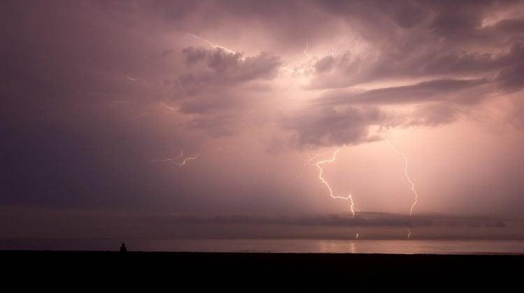 El Instituto de Meteorología de Cuba advierte permanecer fuera del agua durante tormentas eléctricas.