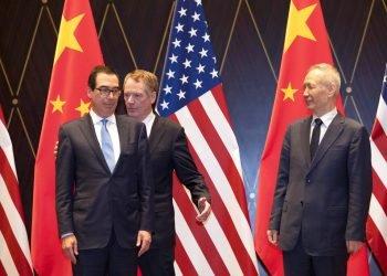 El representante comercial estadounidense Robert Lighthizer, al centro, intercambia posición con el secretario del Tesoro Steven Mnuchin, mientras a la derecha se encuentra el vicepresidente chino Liu He looks, en el Centro de Conferencias Xijiao, en Shanghai, el 31 de julio de 2019. Foto: Ng Han Guan / AP / Pool.