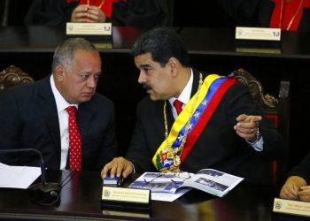 En esta fotografía de archivo del 24 de enero de 2019, el presidente venezolano Nicolás Maduro, derecha, habla con Diosdado Cabello, presidente de la Asamblea Constitucional, en la Corte Suprema durante una ceremonia anual que marca el inicio del año judicial en Caracas, Venezuela. Foto: Ariana Cubillos / Ap / Archivo.