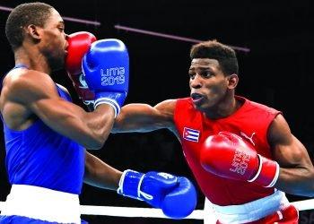 El boxeador cubano Andy Cruz (d), de los 64 kg, en su combate frente al estadounidense Keyshaw Davis en la final de los Juegos Panamericanos de Lima 2019. Foto: EFE / Archivo.