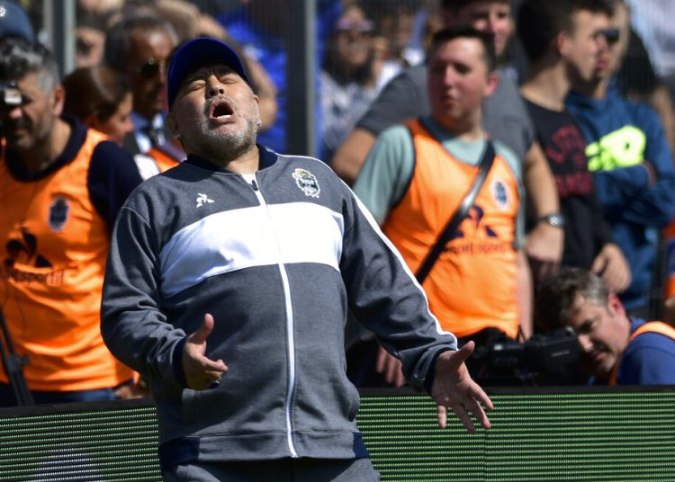 Diego Maradona, técnico de Gimnasia y Esgrima La Plata, se lamenta luego que su equipo pierde una oportunidad de gol, durante un partido ante Racing, el domingo 15 de septiembre de 2019. Foto: Gustavo Garello/ AP.