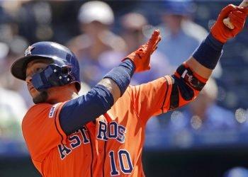 Yuli Gurriel de los Astros de Houston conecta un jonrón ante los Reales de Kansas City, el domingo 15 de septiembre de 2019. (AP Foto/Charlie Riedel)