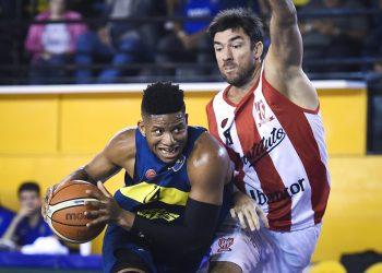 El cubano Jasiel Rivero (izq) en una acción de juego con el uniforme del equipo Boca Juniors, de Argentina. Foto: diarioxeneize.com / Archivo.