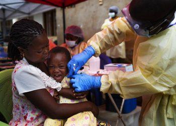 Una niña es vacunada contra el ébola en Beni, República Democrática del Congo. Foto: Jerome Delay / AP / Archivo.
