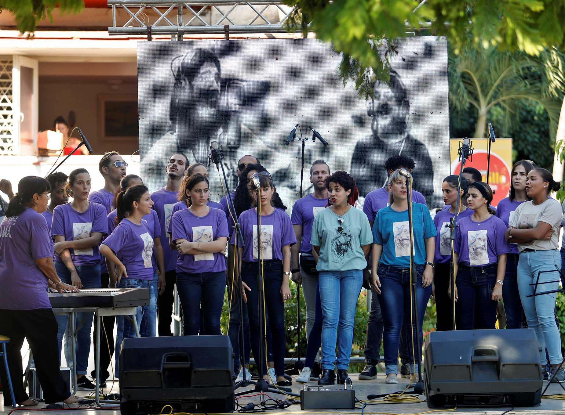 """El Coro Nacional de Cuba interpreta canciones de la banda británica Los Beatles, en la celebración del aniversario 50 de su disco """"Abbey Road"""" en La Habana, el 26 de septiembre de 2019. Foto: Yander Zamora / EFE."""
