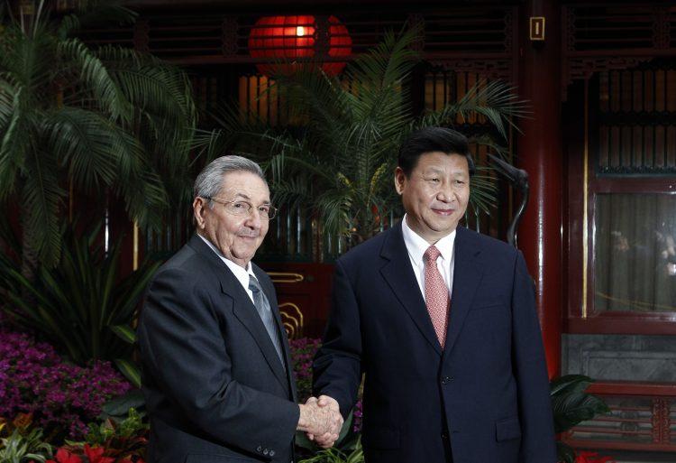 Raul Castro y el entonces vice presidente Xi Jinping en julio de 2012 en Beijing, China. Foto: Ng Han Guan-Pool/Getty Images.