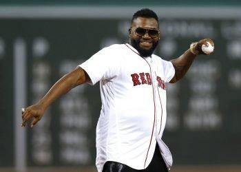 El exjugador de los Medias Rojas de Boston, el dominicano David Ortiz, hace el primer lanzamiento antes de un juego de béisbol contra los Yanquis de Nueva York, en Boston, el lunes 9 de septiembre de 2019. (AP Foto/Michael Dwyer)