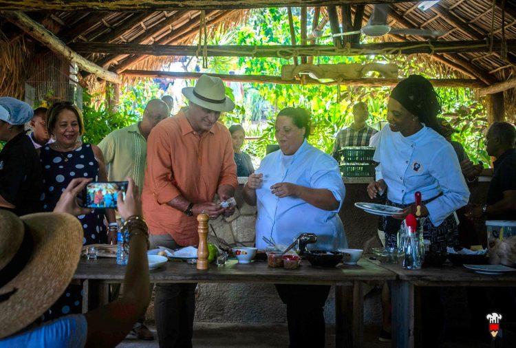 El presidente cubano Miguel Díaz-Canel comparte con las chefs Yamilet Magariño y Teresita Castillo en el cooking show del Mercado de la Tierra realizado en la finca privada Vista Hermosa, en la periferia de La Habana, el 29 de septiembre de 2019. Foto: Cubapaladar.