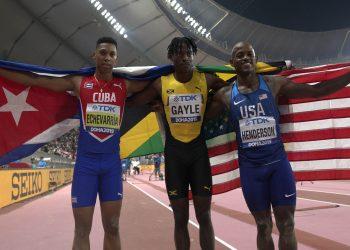 El cubano Juan Miguel Echevarría (i) medallista de bronce en salto de longitud en el Campeonato Mundial de Doha, Catar, junto al nuevo campeón, el jamaicano Tajay Gayle (c) y el medallista de plata Jeff Henderson (d), de los Estados Unidos, el 28 de septiembre de 2019. Foto: Valdrin Xhemaj / EFE.
