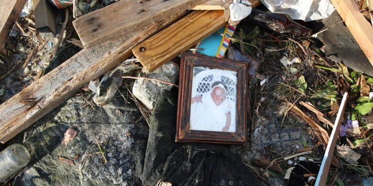 Artículos personales y escombros regados entre los extensos daños y destrucción tras el paso del huracán Dorian en The Mudd, en Gran Ábaco, Bahamas, el jueves 5 de septiembre de 2019. (AP Foto/Gonzalo Gaudenzi)