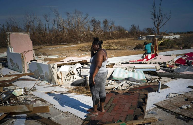 Una mujer llora al contemplar los restos de su hogar tras el paso del huracán Dorian, en High Rock, Gran Bahama, 6 de septiembre de 2019.  (AP Foto/Ramón Espinosa)