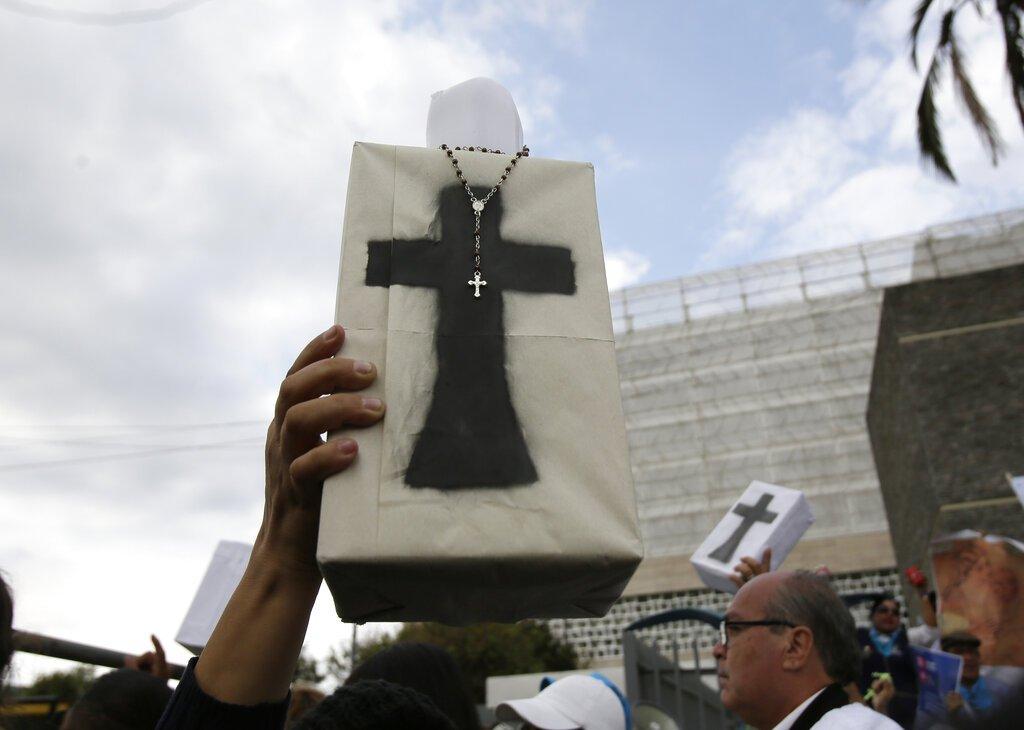 Manifestantes contra el aborto en las afueras de la Asamblea Nacional en Quito, Ecuador. Foto: Dolores Ochoa / AP.