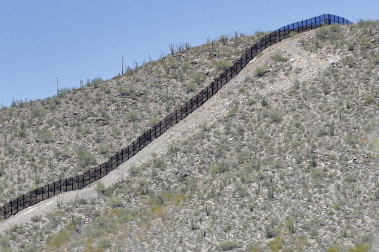 Sección del muro fronterizo que atraviesa el monumento nacional Organ Pipe el jueves 22 de agosto de 2019 en Lukeville, Arizona. Foto: Matt York/ AP.
