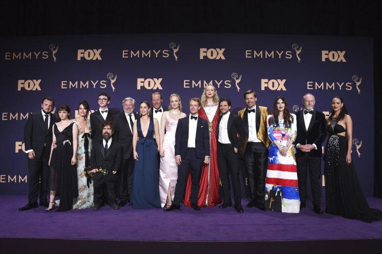 """El elenco de """"Game of Thrones"""", ganador del premio a mejor serie de drama, posa en la sala de prensa de la 71a entrega de los premios Emmy el domingo 22 de septiembre de 2019 en el Microsoft Theater en Los Angeles. Foto: Jordan Strauss/Invision/AP."""
