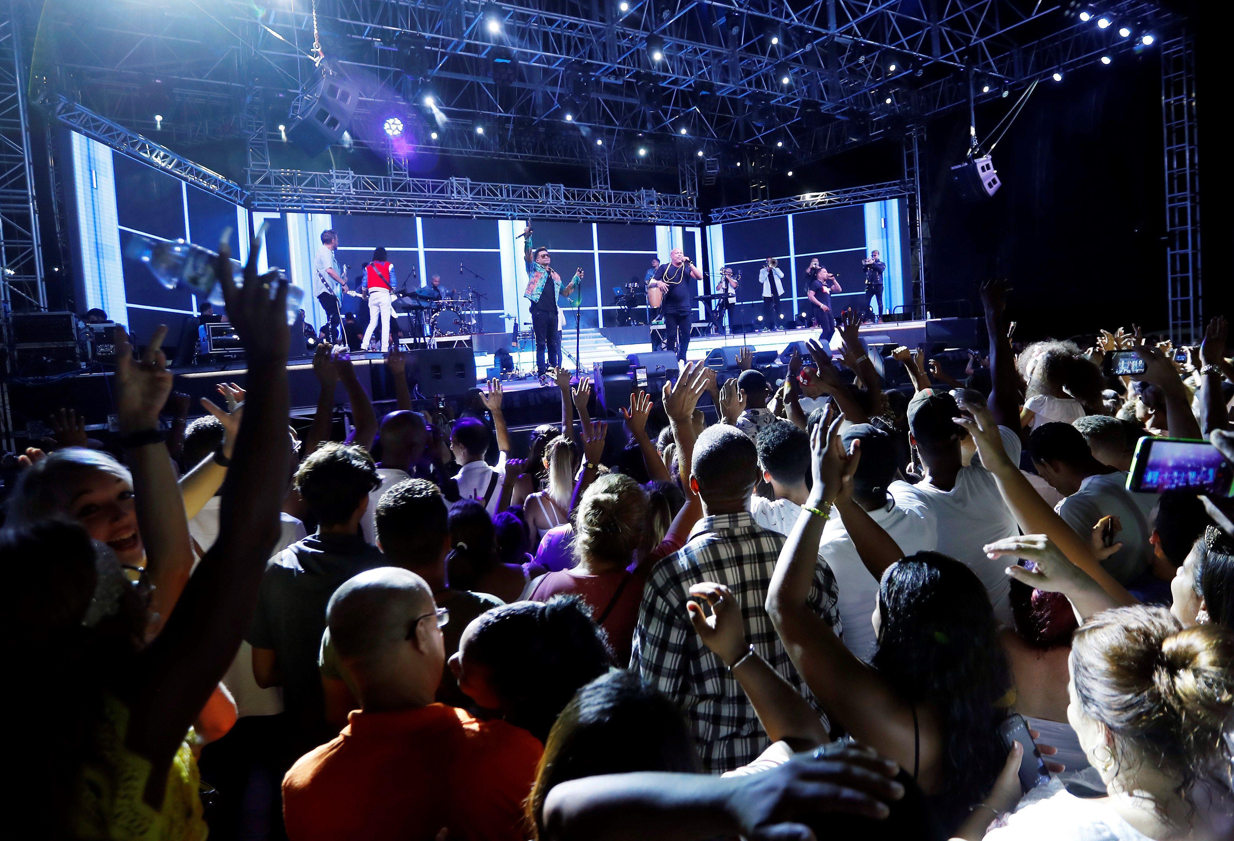 El público disfrutó con creces el concierto de Gente de Zona en el Malecón de La Habana, el sábado 7 de septiembre de 2019. Foto: Ernesto Mastrascusa / EFE.