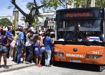 Personas subiendo a ómnibus urbano en La Habana, el 12 de septiembre de 2019. Foto: Otmaro Rodríguez.