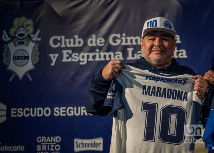 El entrenador de Gimnasia La Plata se mostró en el debut del equipo en este certamen junto titular de la Liga Profesional, Marcelo Tinelli, y con el presidente de AFA, Claudio Tapia, quienes le entregaron una plaqueta por sus 60 años. Foto: Kaloian.