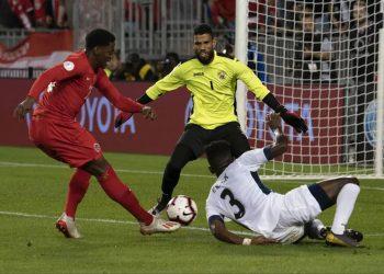 El delantero canadiense Jonathan David (izq) anota el segundo gol de Canadá ante Cuba en la apertura de la Liga de las Naciones de fútbol en Toronto, el sábado 7 de septiembre de 2019. Foto: concacafnationsleague.com / Archivo.