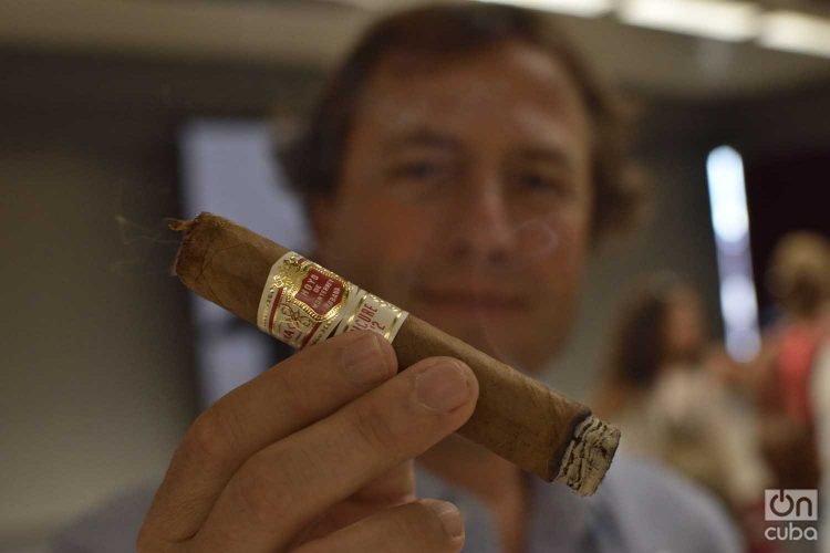 José María López Inchaurbe, Vicepresidente de Desarrollo de Habanos S.A., muestra uno de los célebres puros cubanos. Foto: Otmaro Rodríguez.