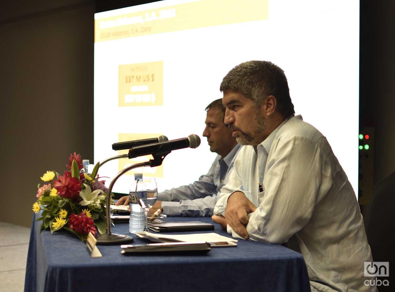 Ernesto González Rodríguez (d), Director de Marketing Operativo de Habanos S.A., habla durante una conferencia de prensa por los 25 años de la compañía, realizada en el hotel Meliá Cohiba de La Habana. A su lado, José María López Inchaurbe, Vicepresidente de Desarrollo de la empresa hispano-cubana. Foto: Otmaro Rodríguez.