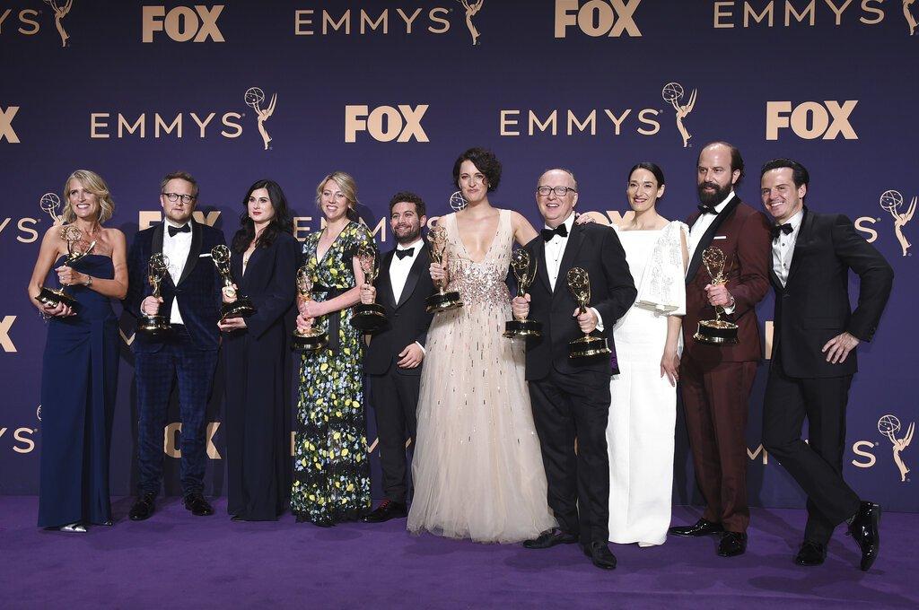 """Harry Bradbeer (4-d), ganador del Emmy a mejor dirección de una serie de comedia por """"Fleabag"""", y Phoebe Waller-Bridge (5-d), ganadora como actriz y guionista, junto al resto del reparto de la laureada serie, que obtuvo el premio a mejor serie de comedia, de los Emmy, el domingo 22 de septiembre de 2019. Foto: Jordan Strauss/Invision/AP."""