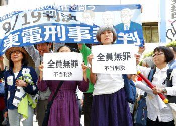 """Un grupo de activistas sostiene carteles que dicen """"sentencia injusta"""" ante la Corte del Distrito de Tokio, el jueves 19 de septiembre de 2019. La corte declaró no culpables de negligencia a tres exdirectivos de la eléctrica TEPCO por el desastre nuclear de Fukushima en 2011.  Foto: Satoru Yonemaru/Kyodo News via AP."""