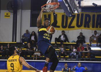 El cubano Jasiel Rivero en una acción de juego en el aro, con el uniforme del equipo Boca Juniors, de Argentina. Foto: unocontraunoweb.com / Archivo.