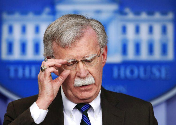 El ahora ex asesor de Seguridad Nacional de Estados Unidos, John Bolton, hablando con la prensa durante la sesión informativa en la Casa Blanca, Washington. (AP Foto/Manuel Balce Ceneta)