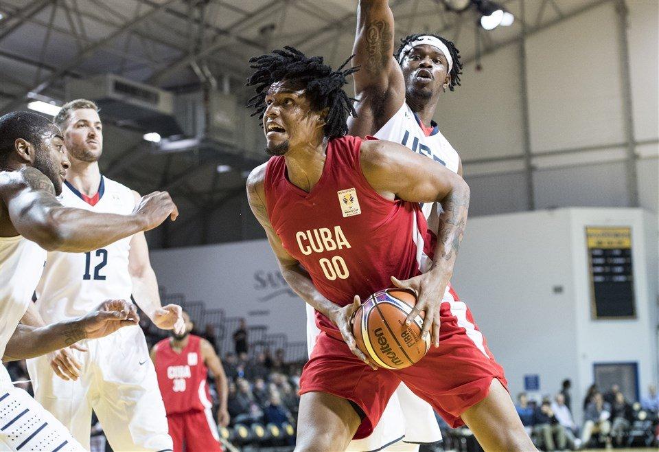 Javier Justiz (con la pelota) vistiendo el uniforme de Cuba en un partido frente a Estados Unidos. Foto: fiba.basketball