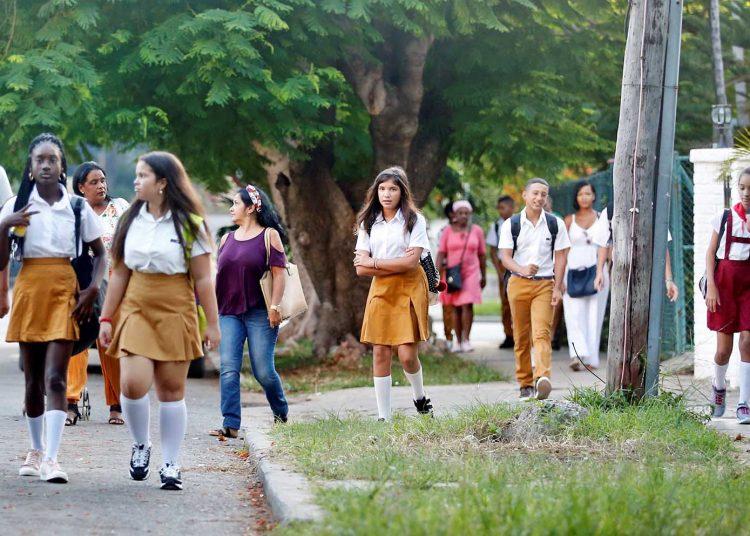 Niños camino a sus escuelas para el inicio del curso escolar 2019-2020. Foto: Ernesto Mastrascusa/EFE, archivo