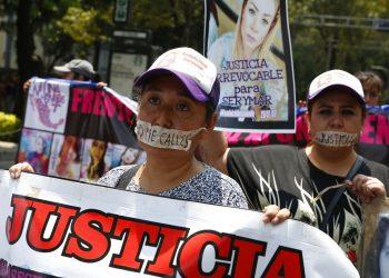 Madres de familia marchan con la boca cubierta con cinta durante una protesta silenciosa para exigir se les haga justicia a las mujeres que han sido asesinadas, el domingo 8 de septiembre de 2019, en la Ciudad de México. Foto: Ginnette Riquelme / AP.