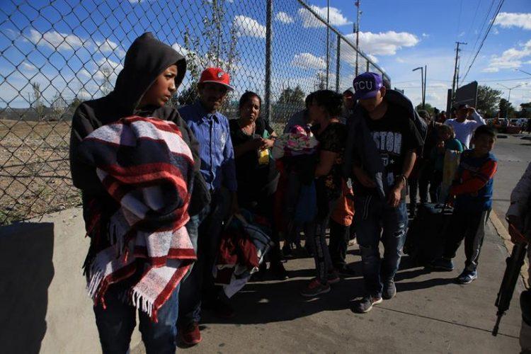 Migrantes mexicanos que fueron desplazados forzosamente por el crimen organizado, de los estados de Michoacan y Zacatecas esperaban este viernes 20 de septiembre de 2019, en el puente Internacional Cordova de las Américas para solicitar asilo polÍtico en Estados Unidos. Foto: Luis Torres/EFE.
