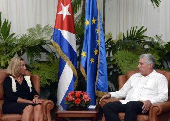 La jefa de la diplomacia europea, Federica Mogherini, conversa con el presidente cubano, Miguel Díaz-Canel, en La Habana, el lunes 9 de septiembre de 2019. Foto: @CubaMINREX / Twitter.