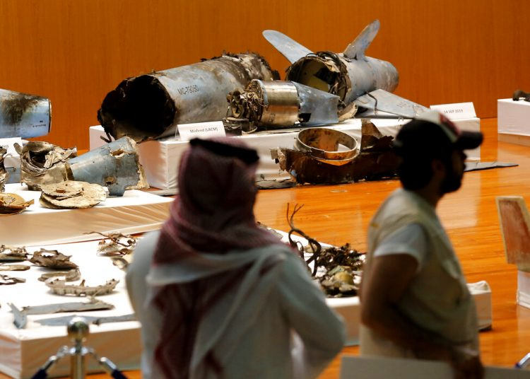 El ejército saudí muestra lo que dijo son misiles de crucero y drones iraníes que habrían sido empleados en un reciente ataque contra instalaciones petroleras en Abqaiq y Khurais, durante una conferencia de prensa en Riad, Arabia Saudí, el 18 de septiembre de 2019. Foto: Amr Nabil/AP.
